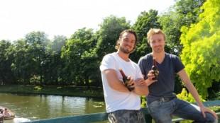 Ondernemers Jits Krol (rechts) en Robert Nijhof richtten ijskoffiebedrijf Batavia op. Foto: Batavia